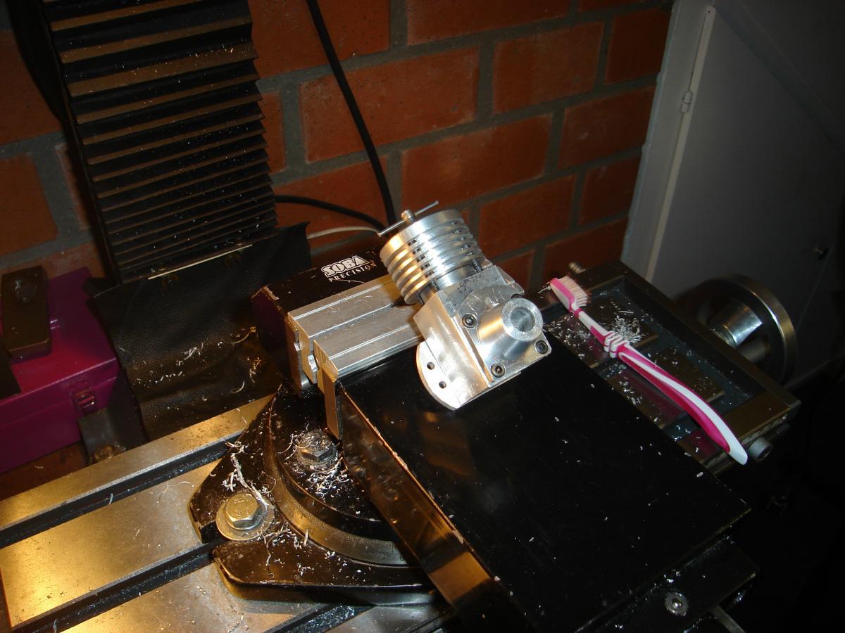 Holly Buddy 2,5 cc verzinken van boutjes 006.jpg